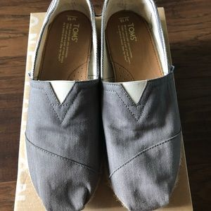 👟Toms men shoes. Size M10. Gray w/ stripes detail